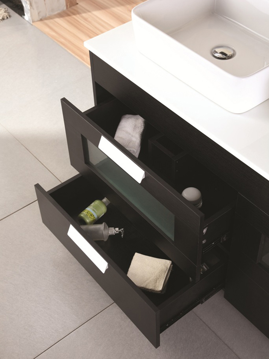Features 4 pull-out drawers